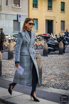 On a tight budget? Don't worry—these 11 style tips will help your wardrobe look chic on a dime. Street Style Trends, Milan Fashion Week Street Style, Spring Street Style, Look Fashion, Korean Fashion, Fashion Design, Fashion Trends, White Fashion, Cheap Fashion