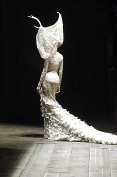 Alexander McQueen Autumn /Winter Widows of Culloden Couture Fashion, Fashion Art, High Fashion, Fashion Design, Dress Fashion, Trendy Fashion, Classic Fashion, Fashion Brands, Mundo Fashion