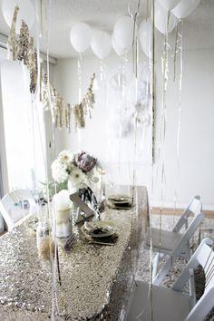 Encuentro muy glamorosos los manteles de lentejuelas... tono sobre tono en color plata, me gusta... Textos: www.facebook.com/Masqueunaidea.cl