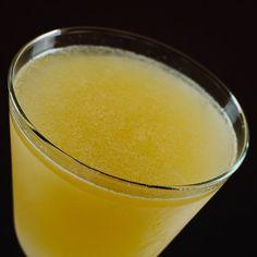 """Dieser elegante Sour mit feinem Orangen-Aroma ist inzwischen ein Klassiker, der aus keiner Bar wegzudenken ist. Adaptiert nach einer Rezeptur aus """"Barflies & Cocktails"""" von Harry McElhone, 1927 Zutaten für den Side Car: 60 ml Brandy (Remy Martin V.S.O.P.) 30 ml Triple Sec (Cointreau) 20 ml Zitronensaft (frisch gepresst) Zubereitung: (1) Alle"""