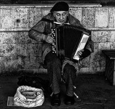 ozlemozgur:  Her şey çok açıktı. Herkes kimsesiz, Herkes bir şeyin yoksuluydu..  Hepimiz aynı anda yenilmiştik Ve şarkılarımız kederliydi…  -Mevlana İdris Zengin
