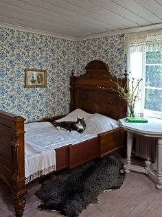 Clean, cool colors for a beautiful sleeping room. Duro's Fjarsman brought to you by Innobo Inc. l love the old fashioned wall paper! Cottage Interiors, Swedish Interiors, Bed With Slide, Antique Beds, Bedroom Vintage, My New Room, Beautiful Bedrooms, Shabby, Bedroom Decor