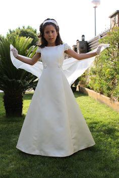 vestido de comunion.  confeccionado en raso , con un polisson de organza que le da movimiento. diseño de Margarita Escarate para ARTE MODA.  www.artemoda.es