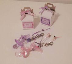 Chaveiro com chupeta de acrílico.  Disponível em rosa ou lilás  vai na embalagem que é uma maletinha de papel, com adesivo personalizado com nome da bebê e espaço para data    medidas caixinha: 5 x 5 cm (sem a alça)    prazo de produção de 10 dias úteis R$ 6,30