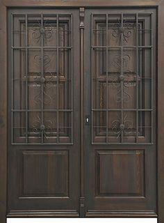 Puerta de estilo modernista de dos hojas con rejas artesanales de hierro forjado y postigos.Marco y estructura de madera de pino macizo. Cuarterones de hoja y postigos de madera antigua recuperada. Cristal normal incluido. Cerradura de seguridad y manivela rústica incluida. Acabado anticuario con pátina de cer