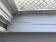 Nie marnuj czasu na uporczywe szorowanie ram okiennych. Ten trik sprawi, że umyjesz je szybciej!
