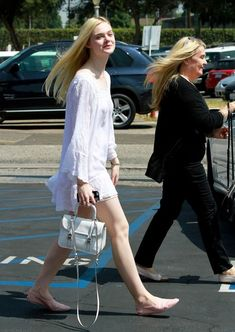 Elle Fanning Photos Photos - 'Maleficent'' actress Elle Fanning meets up with her parents Steven and Heather to enjoy brunch together on June 6, 2014 in Los Angeles, California. - Elle Fanning Brunches with Her Parents