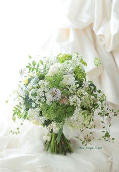 本日学士会館様へお届けした、クラッチブーケ。 花嫁様はたくさん一会のブーケ写真を見て下さり、 ひとつずつにコメントくださり、 そんな... Wedding Table Flowers, Flower Bouquet Wedding, Floral Wedding, Simple Flowers, White Flowers, Bouquet Champetre, Flower Cafe, Cascade Bouquet, Wedding Officiant