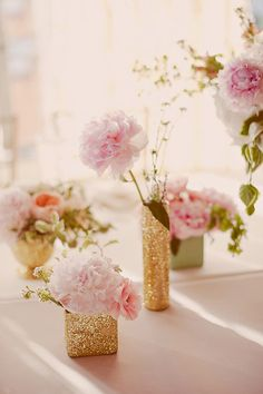 These glittery #DIY wedding centerpieces are simply the best for a touch of glam to your wedding reception. #weddingflowers #weddinginspiration