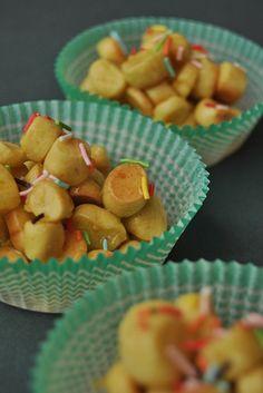 Struffoli LEGGI LA RICETTA ► http://www.dolciricette.org/2012/12/struffoli-napoletani-ricetta-al-forno.html