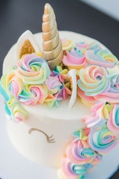Un Gateau Licorne Aux Yeux Dores Unicorn Cakes Birthday For