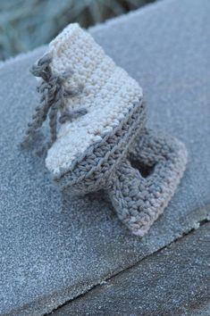 Här kommer någonting sött till de allra minsta julfirarna: Virkade skridskor! Ingenting att skrinna iväg på direkt – men mjuka och söta på små babyfötter… VIRKADE SKRIDSKOR Material:50 g Soft...