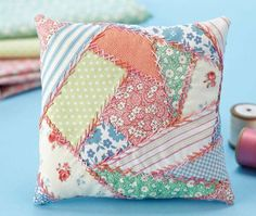 How to sew crazy patchwork – check out the free step-by-step guide! I love crazy quilts Quilting Tutorials, Quilting Projects, Sewing Projects, Sewing Tutorials, Sewing Tips, Patchwork Cushion, Quilted Pillow, Crazy Quilting, Patchwork Quilting