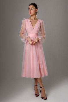 Light evening dress with long sleeves. Belt for a fitted silhouette. V-shaped neckline and back cutout Elegant Dresses, Pretty Dresses, Beautiful Dresses, Casual Dresses, Short Dresses, Fashion Dresses, Pink Evening Dress, Evening Dresses, Grad Dresses