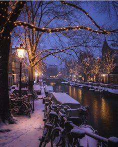 A quiet snowy night in Amsterdam at Christmas ...