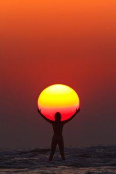Люди никогда не перестанут любоваться восходами и закатами солнца. Это удивительное явление природы находит особое место в работах фотографов, художников и писателей. Предлагаем увидеть впечатляющие кадры восходов и закатов в нашей фотогалерее.