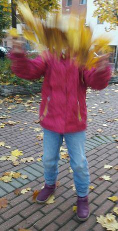 #fall #leaves #autumn #autumnleaves #play #playing #daughter #happy #relaxed #outside #freshair #jatek #szabadban #gyerek #anyavagyok #momblog #mommylife #momlife #osz #ősz