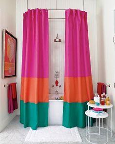 Cortina de baño en bloques de color.