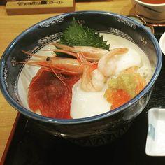 È da ieri che piove per cui consoliamoci con un buon pranzo #Giappone #Japan #travel #viaggio #amazing #YouTube #vlog #travelblogger #travelvlogger #photooftheday #photography #japantrip #turismo #sugoi #onlyinjapan #Food #japanfood #cibo #pornfood #Sushi #sashimi #foodblogger #blog #blogger #kawaii #hakodate #Hokkaido