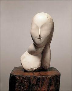 """Brancusi, """"Mademoiselle Pogany""""   De in Roemenië geboren beeldhouwer Constantin Brancusi heeft zich nooit begeven in de kringen van de futuristische beweging. Toch heeft veel van zijn werk de typische dynamische en mechanische eigenschappen van het futurisme. De kunstenaar laat zich echter inspireren door primitieve Afrikaanse beelden en Roemeense volkskunst, een gegeven waardoor Brancusi zich duidelijk onderscheid van de futuristen."""
