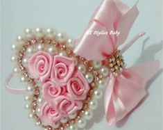 This Pin was discovered by eva Hair Ribbons, Hair Bows, Baby Crafts, Diy And Crafts, Baby Girl Items, Shabby Chic Crafts, Kanzashi Flowers, Diy Hair Accessories, Ribbon Crafts