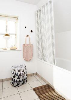 Deco et Design scandinave avec OYOY Decor, Home Decor Inspiration, Living Design, Large Storage Bags, Interior, Chevron Shower Curtain, Laundry In Bathroom, Beautiful Furniture, Bathroom