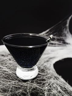Cocktails can make any Halloween party so much more fun! Swap the candies for these spooky cocktails for this Halloween season celebrations! Easy Halloween Cocktails, Halloween Drinks Kids, Soirée Halloween, Halloween Food For Party, Halloween Treats, Haloween Drinks, Halloween Alcoholic Drinks, Halloween Entertaining, Halloween Costumes