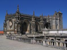 Le couvent de l'ordre du Christ (en portugais : Convento de Cristo), situé dans la ville portugaise de Tomar, était à l'origine une forteresse templière bâtie au XIIe siècle. Lorsque l'ordre du Temple a été dissous au XIVe siècle, la branche portugaise de l'ordre a été transformée en chevaliers de l'ordre du Christ, qui soutiendront les découvertes maritimes du Portugal du XVe siècle.