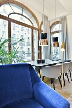 Great windows with its original wood frames open the dining room to a magnificient exterior in views to those Eixample facades . Barcelona, Dining Room, Wood Frames, Exterior, Windows, The Originals, Facades, Building, Modern