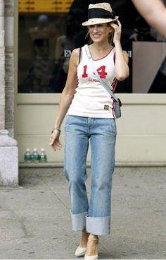 Bouleversée en apprenant que Big a besoin d'une opération cardiaque, Carrie se confie à Samantha lors d'une virée shopping où elle porte un jean à revers bruts ourlés, un débardeur à numéro, un chapeau de paille et des sandales à talons hauts. On lui pique : Son débardeur à numéro au cœur des tendances de l'été 2014, qu'on privilégiera néanmoins dans une version moins près du corps.