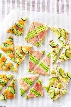 Pour aiguiser leur appétit, on prépare des tartines joliment mises en scène qui mixent goût et couleur harmonieusement. Au menu : saumon – concombre – a...