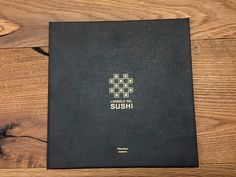 Menù tipo L'Angolo del Sushi Copertina: stampa offset, nero arricchito e oro metallizzato, su Classy Covers di Favini.
