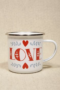 """Love"" Emaillierter Becher bei Urban Outfitters"