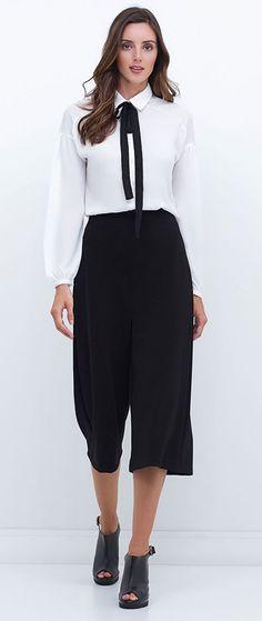 Sinônimo de feminilidade, as camisas com laços adicionados às golas serão itens indispensáveis nos guarda-roupas das mais românticas. Se quiser ousar, combine com pantacourt!