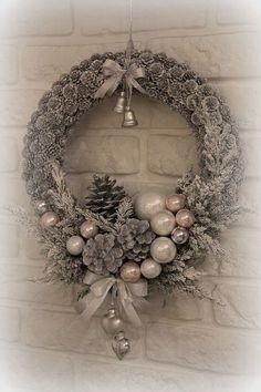 Poinsétia - Welcome to Blog Diy Christmas Door Decorations, Christmas Wreaths To Make, Noel Christmas, Holiday Wreaths, Christmas Projects, Christmas Ornaments, Christmas 2017, Christmas Ideas, Garland Decoration