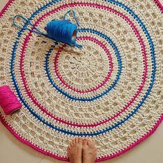 Oi flores!!! Terminei mais um lindo tapete de #crochê com #fiodemalha  Este foi feito com fio cru, bem grosso... Com listras em rosa e azul!!! Amei demais... Tem 1,20  #artecomeuroroma