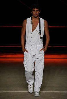 """Você deve ta pensando """"Mas macacão?"""". Sim gente os macacões masculinos estão voltando com tudo, e estão sendo sucesso nos desfiles de moda, marcas como Chanel, Dolce Gabbana, Herchcovit…"""