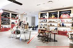 한층 더 업그레이드 된 갤러리아명품관 WEST 5층의 크리스마스 기프트 스테이션. MSGM, 이기조와의 특별한 컬래버레이션 아이템을 만나보세요.