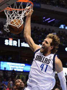 Auch dieser krachende Dunking von Basketball-Superstar Dirk Nowitzki nutzte den Dallas Mavericks nichts: Das NBA-Team aus Texas verloren zu Hause gegen Oklahoma City Thunder mit 101:107. (Foto: Larry W. Smith/dpa)