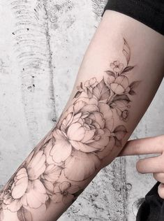 There are many kinds of floral tattoo designs. Each of us has different personalities, different hobbies, and different ideas, so the choice of floral tattoos is not the same. Simplistic Tattoos, Elegant Tattoos, Beautiful Tattoos, Quarter Sleeve Tattoos, Tattoos For Women Half Sleeve, Feminine Tattoo Sleeves, Feminine Tattoos, Girl Arm Tattoos, Wrist Tattoo