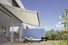 Gute Ergänzung des Sonnenschutzes auf der Terrasse: Eine Seitenmarkise schützt die Privatsphäre und hält neugierige Blicke ab. Foto: djd/weinor.de
