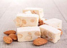 Lekker en zeer makkelijk nougat recept met slechts 3 ingrediënten zodat je snel en goedkoop gezond snoepgoed kan maken.