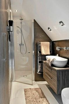 Badezimmer Dachschräge Mosaikfliesen Spüle Schrank