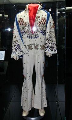 """Exposição The Elvis Experience -O macacão """"Eagle"""", usado no especial de 1973 """"Aloha from Hawaii"""", está na exposição """"The Elvis Experience"""", que chega ao Brasil em setembro de 2012 Fotos - UOL Entretenimento"""