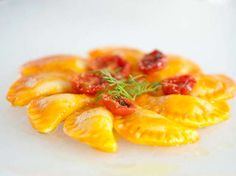 Foto degli gnocchi di patate ripieni di melanzane con salsa di pomodoro confit