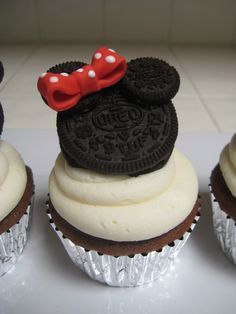 Cute Minnie Mouse Oreo Cupcakes, love this bow! Bolo Da Minnie Mouse, Minnie Mouse Cupcake Toppers, Minnie Cupcakes, Oreo Cupcakes, Cute Cupcakes, Cupcake Cakes, Mickey Mouse, Cupcake Ideas, Minnie Cake