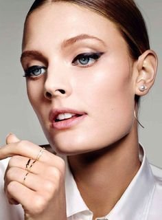 Constance Jablonski Stuns With Cat-Eye Liner And Delicate Jewelry