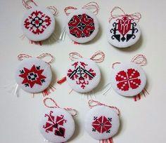 Mirela Mohjazi Handmade Martisoare cusute in punct romanesc Folk Embroidery, Hand Embroidery Designs, Cross Stitch Embroidery, Mini Cross Stitch, Cross Stitch Flowers, Cross Stitch Designs, Cross Stitch Patterns, Mini Mandala, Palestinian Embroidery