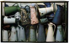 Arman,  Accumulatie van kannen, 1961. Emaillen kannen in vitrine van plexiglas, 83 x 142 x 42 cm. Museum Ludwig, Keulen.