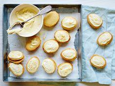 Lusikkaleivät maistuvat raikkailta ja hiukan erilaisilta, kun ne valmistetaan sitruunavoilla. http://www.valio.fi/reseptit/sitruunaiset-lusikkaleivat/ #resepti #valio #leivonta
